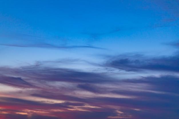 Variedade de tons de azuis em um céu nublado