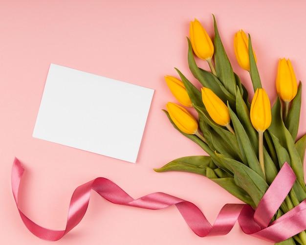 Variedade de tulipas amarelas com cartão vazio