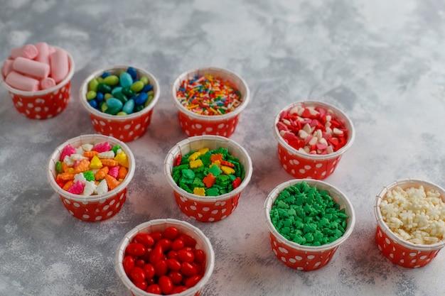 Variedade de vários açúcar decorativo de páscoa granulado, comida, vista superior
