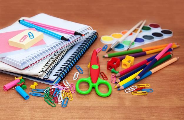 Variedade de vários itens da escola