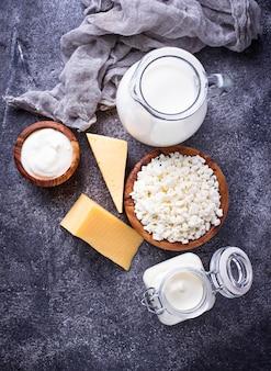 Variedade de vários produtos lácteos.