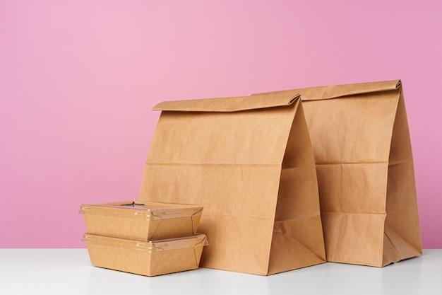 Variedade de vários recipientes de entrega de comida na mesa