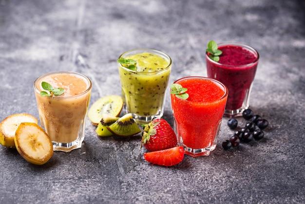 Variedade de vários smoothies saudáveis