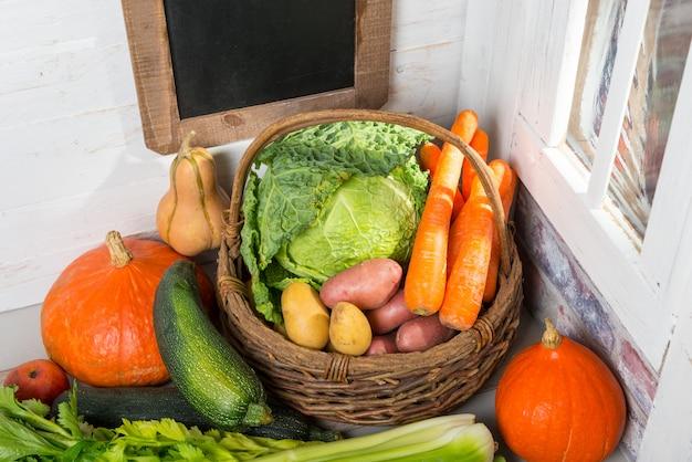 Variedade de vegetais crus na mesa de madeira