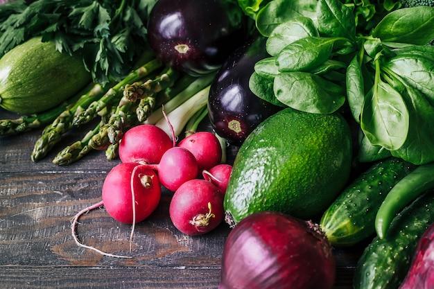 Variedade de vegetais frescos rabanete, abacate, brócolis, ovo, cebola, espargos, plantados, cebolas