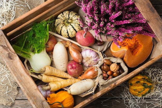 Variedade de vegetais maduros em uma mesa de madeira rústica. conceito de colheita, fazenda, mercado, conceito de comida orgânica bio.