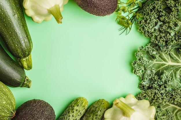 Variedade de vegetais verdes no fundo verde, quadro do alimento.