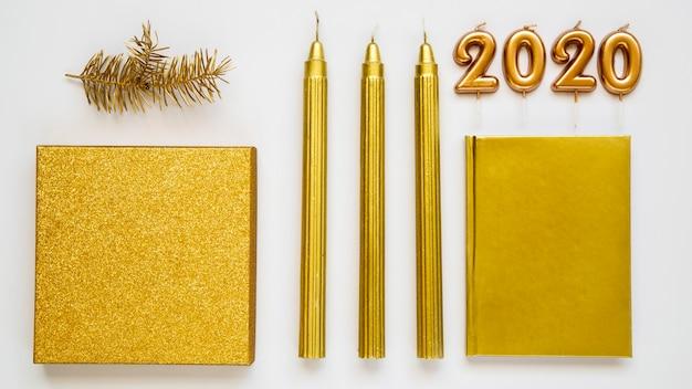 Variedade de velas e 2020 dígitos do ano novo