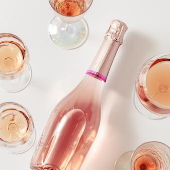 Variedade de vinho rosé em taças de cristal, garrafa de espumante champanhe rosé