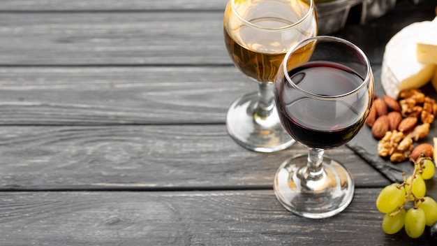 Variedade de vinhos e queijos para degustação