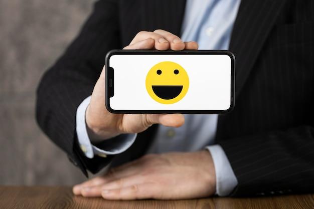 Variedade de vista frontal com emoji no smartphone