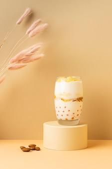 Variedade de vista frontal de refeição de café da manhã saudável com iogurte