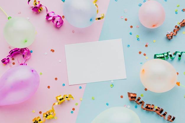Variedade de vista superior com balões e cartão