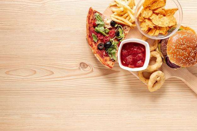 Variedade de vista superior com comida deliciosa e espaço para texto
