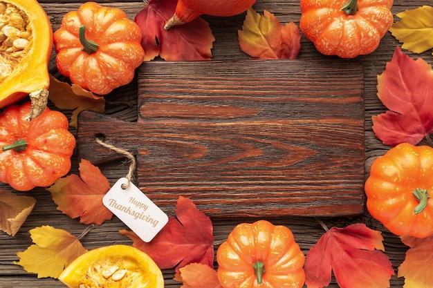 Variedade de vista superior com comida no fundo de madeira