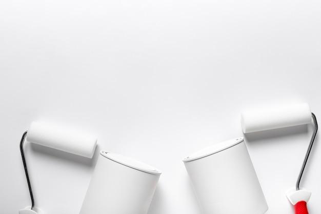 Variedade de vista superior com escovas de rolo e recipientes de tinta