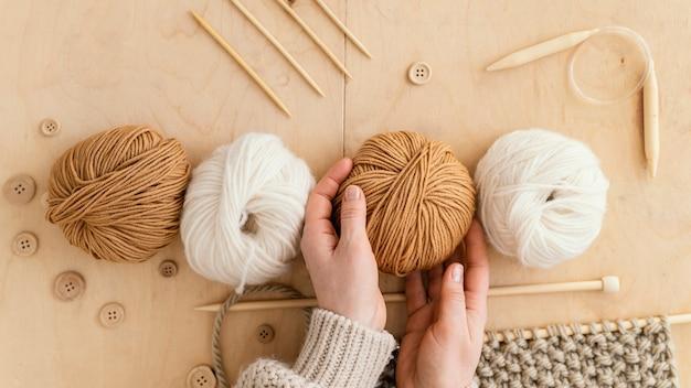 Variedade de vista superior com ferramentas de tricô