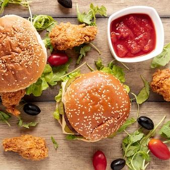 Variedade de vista superior com hambúrgueres e molho