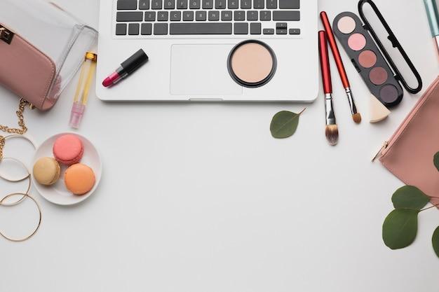 Variedade de vista superior com maquiagem e laptop