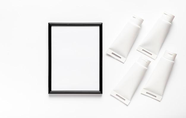 Variedade de vista superior com tubos de moldura e tinta