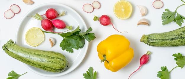 Variedade de vista superior de abobrinha e legumes