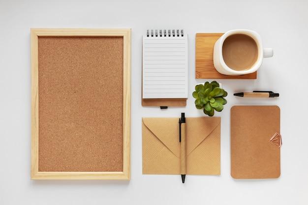 Variedade de vista superior de artigos de papelaria de material natural