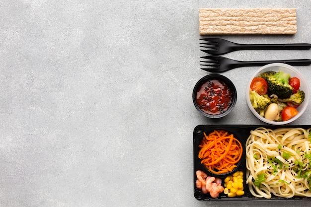 Variedade de vista superior de diferentes alimentos na mesa com espaço de cópia