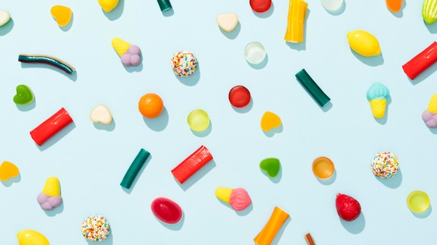 Variedade de vista superior de doces coloridos sobre fundo azul