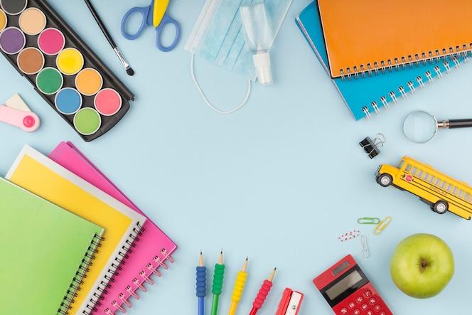 Variedade de vista superior de elementos de dias de educação com espaço de cópia