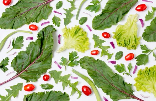 Variedade de vista superior de folhas de salada em cima da mesa