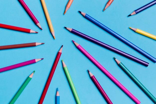 Variedade de vista superior de lápis coloridos