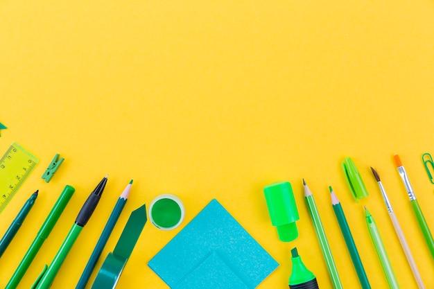 Variedade de vista superior de lápis e marcadores com espaço de cópia