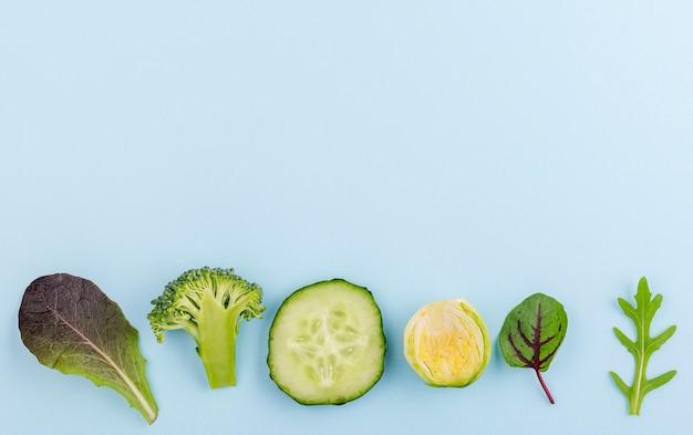 Variedade de vista superior de legumes frescos, com espaço de cópia