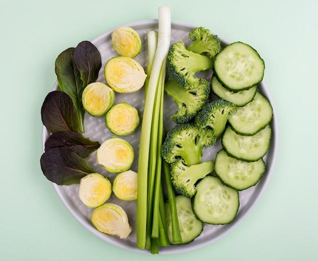 Variedade de vista superior de legumes orgânicos em cima da mesa