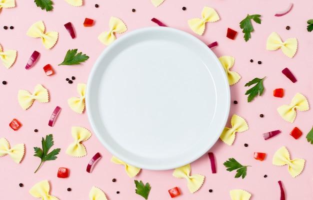 Variedade de vista superior de macarrão e salsa em cima da mesa