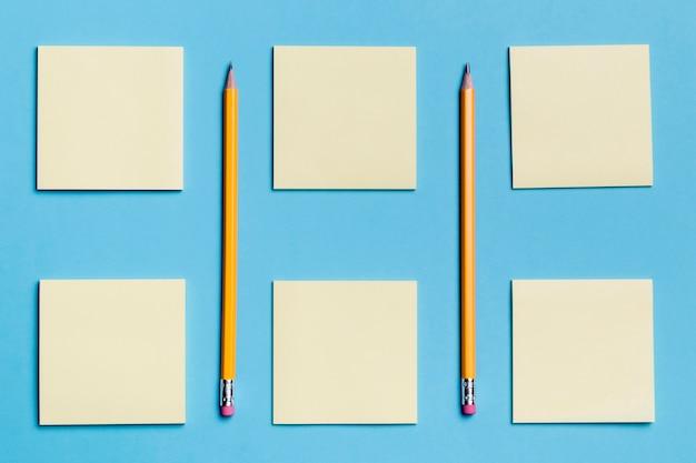 Variedade de vista superior de notas autoadesivas com lápis