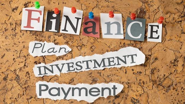 Variedade de vista superior de palavras de finanças em notas adesivas