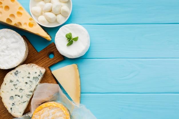 Variedade de vista superior de queijo com espaço de cópia