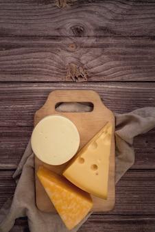 Variedade de vista superior de queijo saboroso na mesa