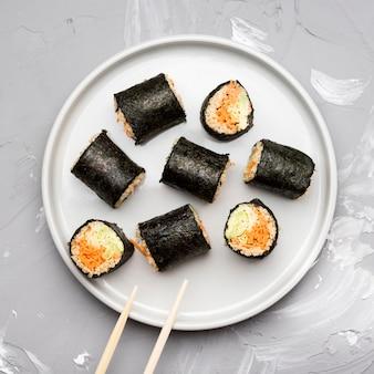 Variedade de vista superior de rolos de sushi