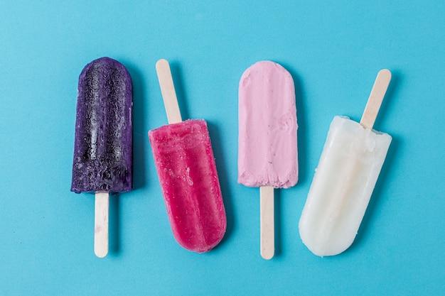 Variedade de vista superior de sorvete caseiro de picolé
