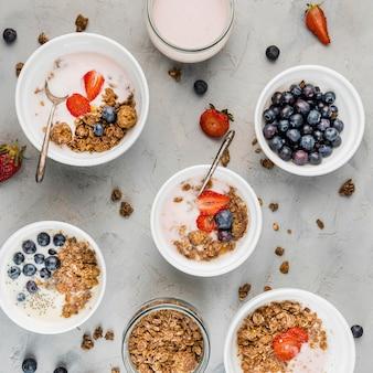 Variedade de vista superior de tigelas de café da manhã com frutas