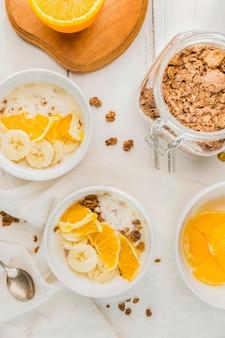 Variedade de vista superior de tigelas de café da manhã prontas para serem servidas