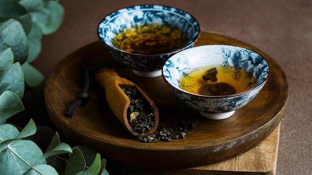 Variedade de xícaras de chá e ervas