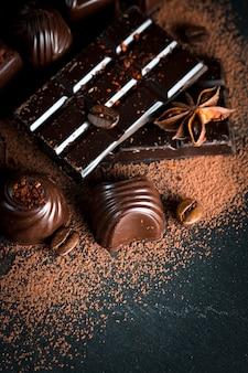 Variedade do chocolate escuro, branco e de leite no fundo de despedida de madeira rústico.