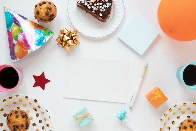 Variedade festiva com cartão de aniversário vazio