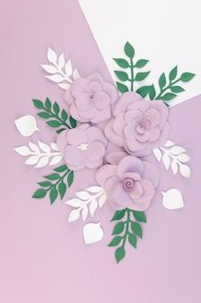 Variedade floral de vista superior com fundo roxo