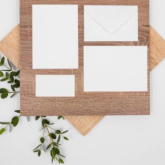 Variedade mínima de vista superior com cartões brancos e folhas