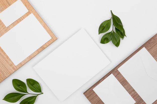 Variedade mínima plana lay com cartões brancos e folhas