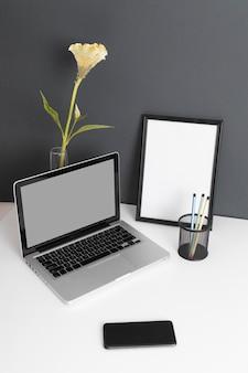 Variedade minimalista de mesa de negócios